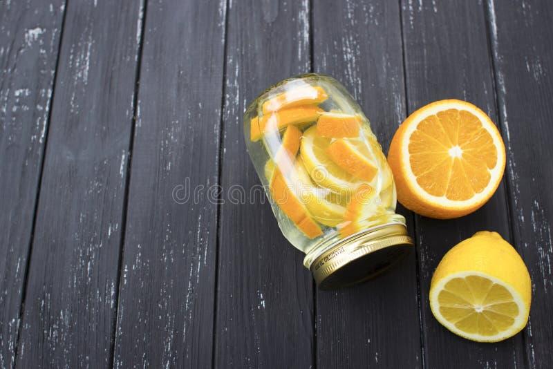 Krus av smaklig ny lemonad med citronen i bakgrund arkivfoto