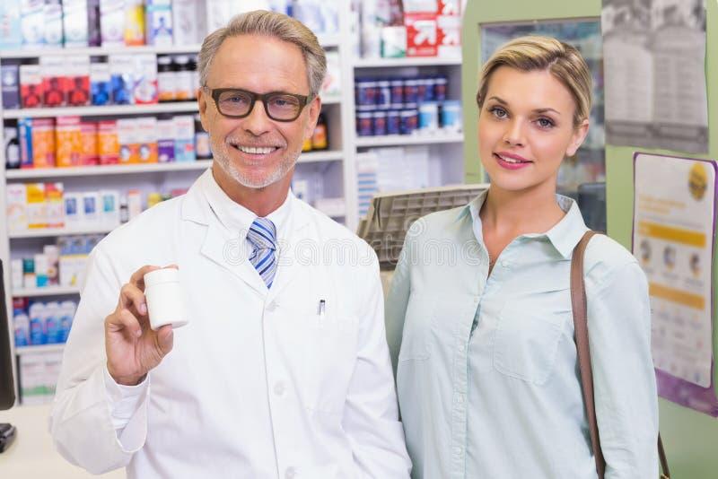 Krus för apotekarevisningmedicin arkivfoton