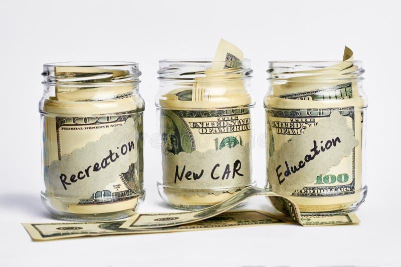 Krus med dollarräkningar arkivbild