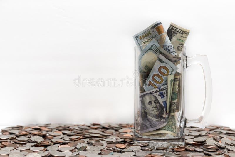 Krus med ovannämnda mynt för pengar fotografering för bildbyråer