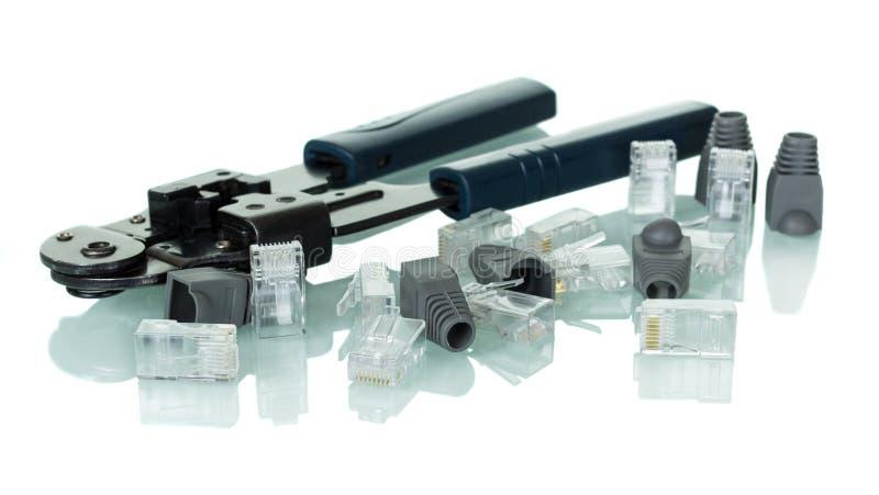 Krusa hjälpmedel för vriden parnätverkskabel med kontaktdon och lock som isoleras på vit arkivbild