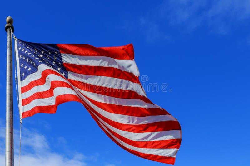 Krusig gjord randig USA-flagga på Windy Day Beautifully en vinkande stjärna och royaltyfri foto