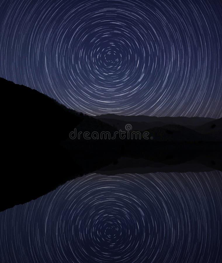 Krusig reflexion för stjärnklar natt royaltyfri fotografi