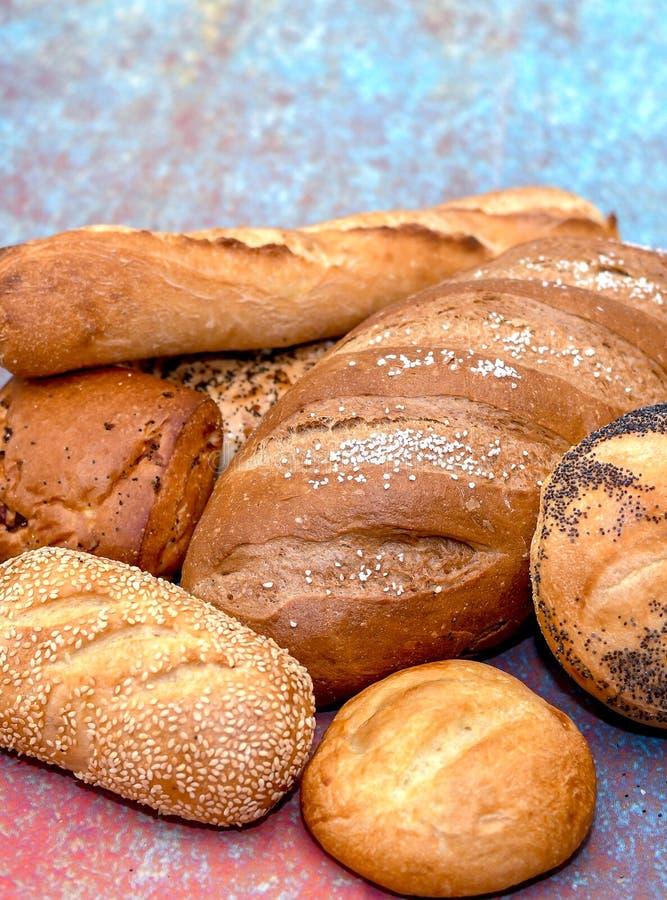 Krustige Brotlaibe und Rollen stockbild