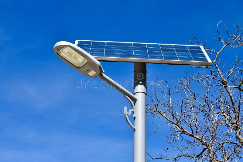 kruszcowa poczta w ulicie z panelem słonecznym wytwarzać odnawialną photovoltaic elektryczność Panel słoneczny produkuje elektryc fotografia stock