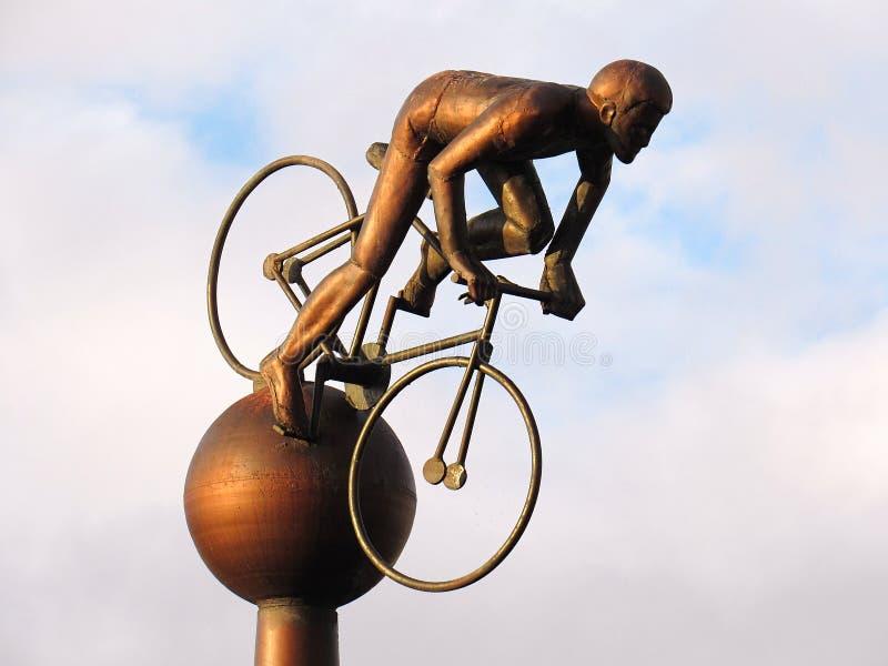 Kruszcowa statua sportmen jedzie rower fotografia royalty free