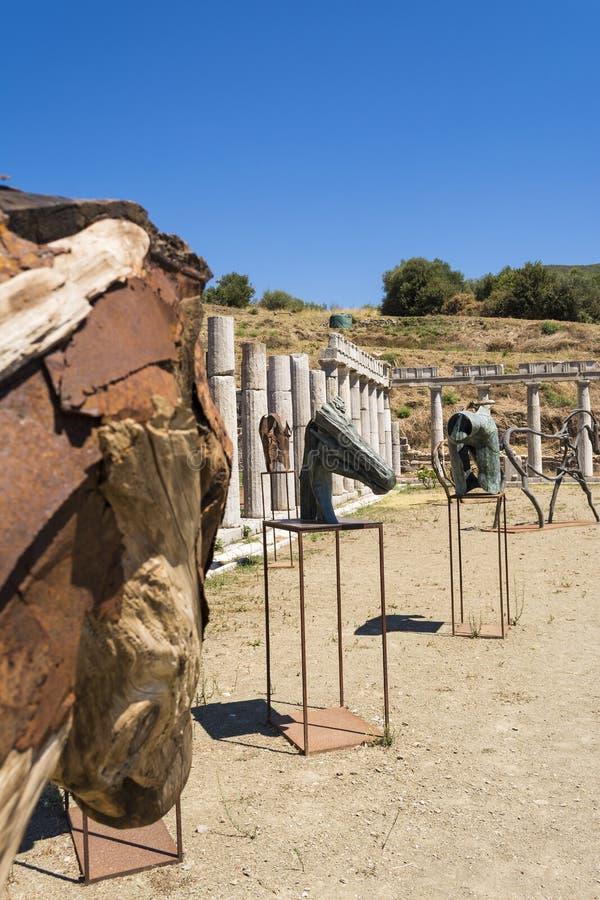 Kruszcowe i drewniane statuy w starożytnego grka mieście Messinia, Grecja fotografia stock