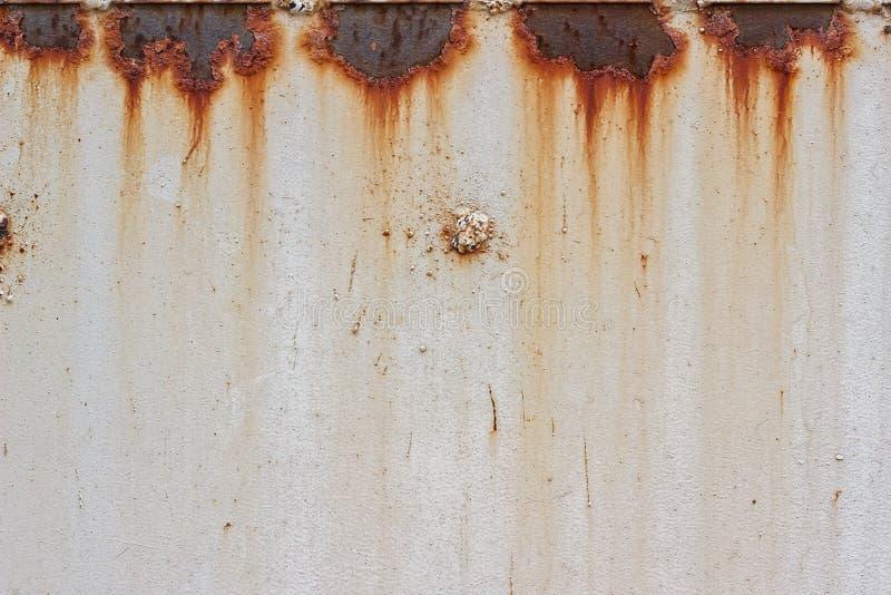 Kruszcowy biały tło z rdzą zdjęcia stock