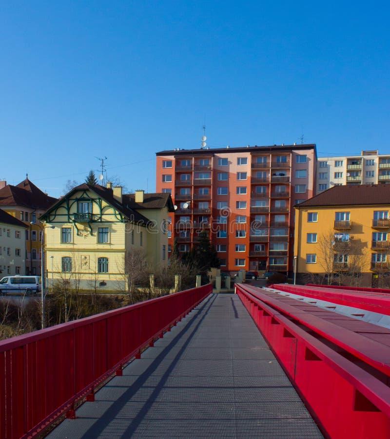 Kruszcowy czerwień most nad koleją i blokiem mieszkalnym zdjęcie stock