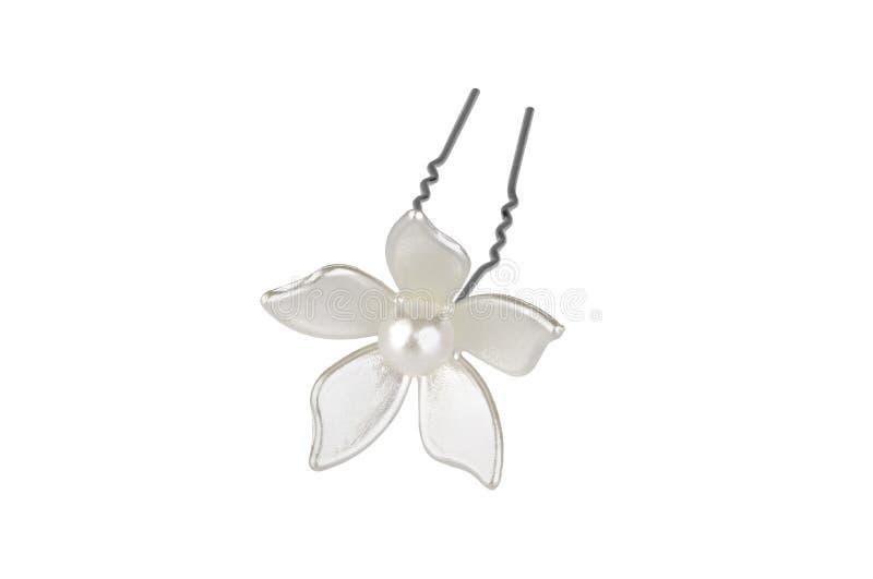 Kruszcowy hairpin z białym plastikowym kwiatem i jeden perłą w środku, odizolowywającym na białym tle, ścinek ścieżka zawierać obraz royalty free