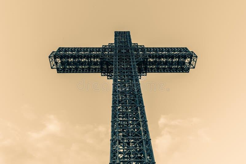 Kruszcowy krzyż na górze Vodno zdjęcia stock