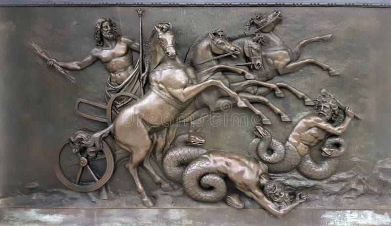 Kruszcowy panel przedstawia z Zeus, grecki antyczny bóg w wojennych rydwanach, podczas bitwy przeciw złym istotom przy Achilleion zdjęcia royalty free