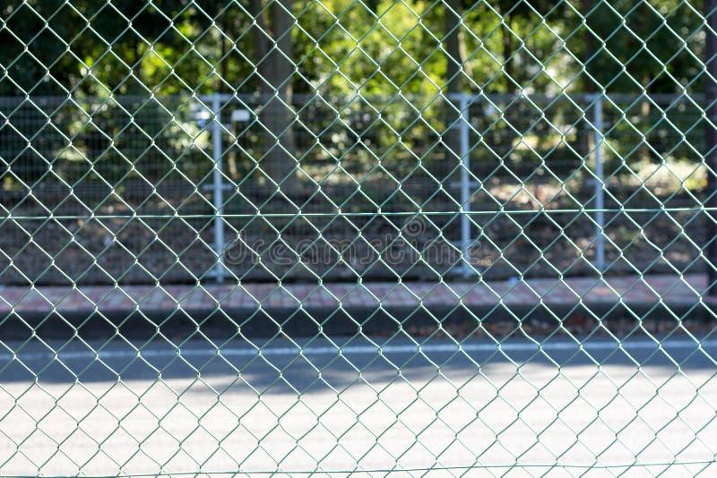 Kruszcowy siatki zieleni ogrodzenie zdjęcie stock