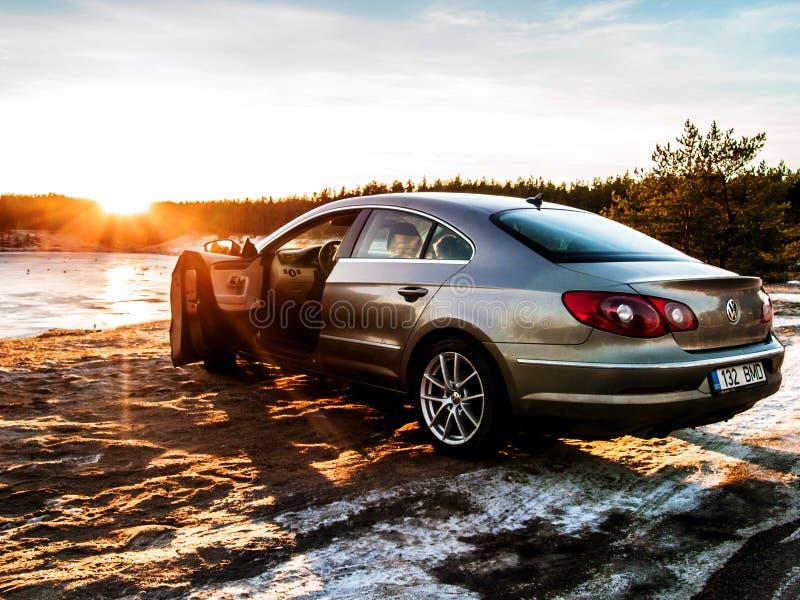 Kruszcowy Volkswagen Passat cc przy Manniku jeziorem zdjęcia stock