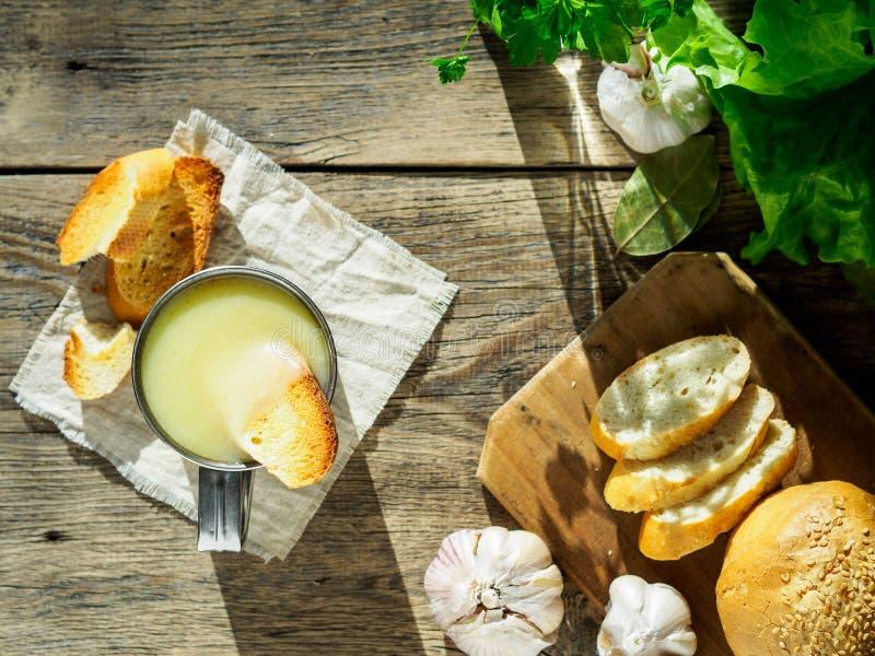 Krutonger som doppas i kräm- soppa som mosas, med potatisar och cauliflo royaltyfri fotografi