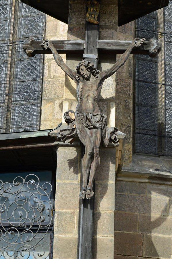 Kruzifix-Statue auf Republik-Quadrat Republiky Plzen stÛ mÄ ¡ St. Bartholomew Cathedral NÃ, Tschechische Republik Pilsens stockfotografie