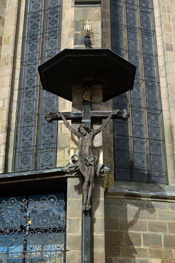 Kruzifix-Statue auf Republik-Quadrat Republiky Plzen stÛ mÄ ¡ St. Bartholomew Cathedral NÃ, Tschechische Republik Pilsens lizenzfreies stockfoto