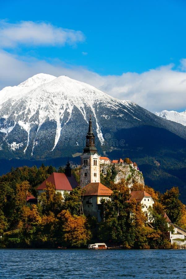 Krwawiący jezioro z śniegiem na górach w jesieni zdjęcie royalty free
