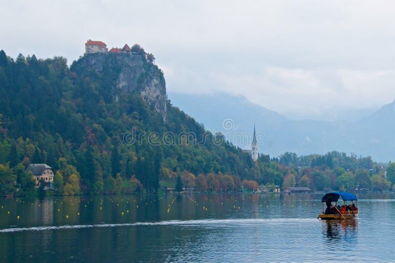 Krwawiący kasztel jest średniowiecznym kasztelem budującym na urwisku nad miasto Krwawię w Slovenia, przegapia jezioro Krwawiąceg fotografia royalty free