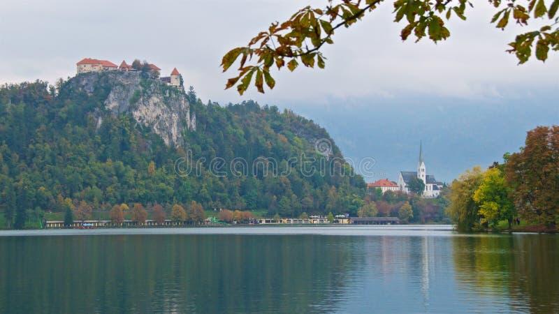 Krwawiący kasztel jest średniowiecznym kasztelem budującym na urwisku nad miasto Krwawię w Slovenia, przegapia jezioro Krwawiąceg fotografia stock