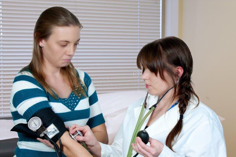 krwi doktorska pacjenta naciska kobieta zdjęcie royalty free