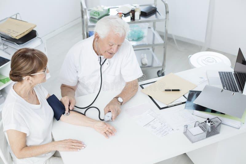 krwi lekarki pomiarowy nacisk fotografia stock