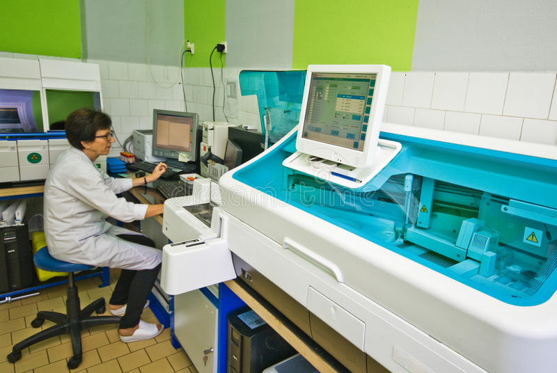 Krwionośna analizy maszyna w laboratorium obrazy stock