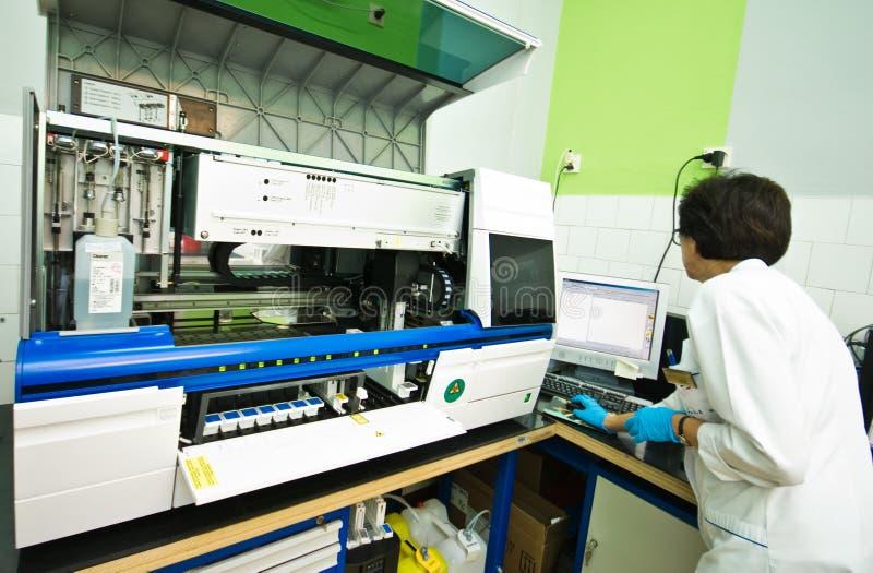 Krwionośna analizy maszyna w laboratorium zdjęcie stock