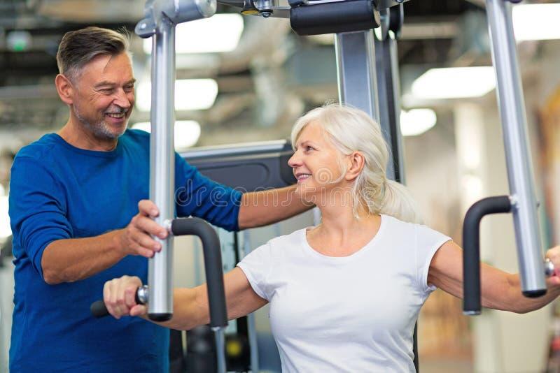 krwionośna sprawdzać para obramiał gym mężczyzna naciska s starszej strzału pionowo kobiety obraz stock
