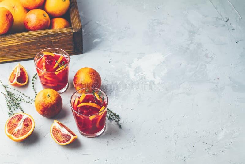Krwionośnej pomarańcze Margarita koktajl z lodem i macierzanką zdjęcia stock
