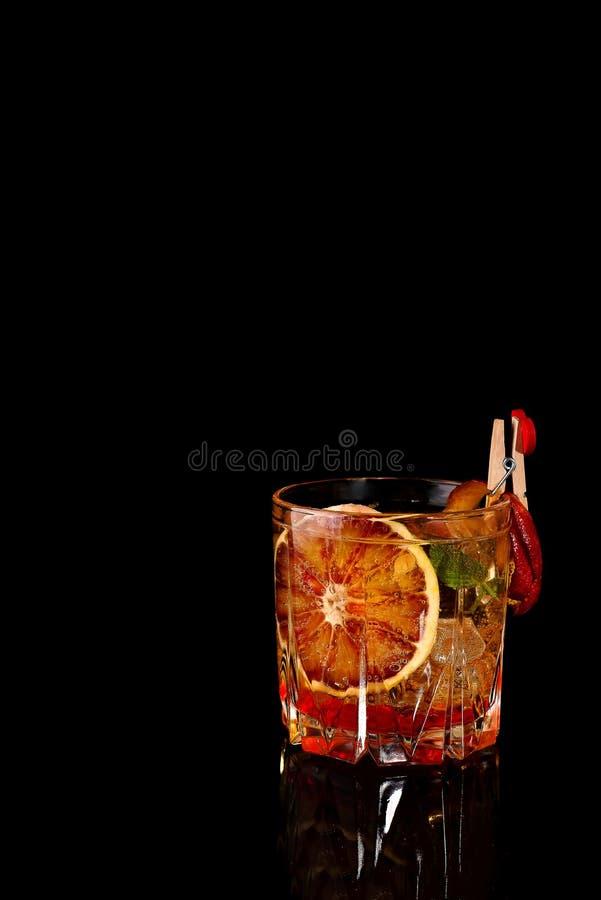 Krwionośnej pomarańcze Margarita koktajl z lodem i mennicą na czerni obraz stock