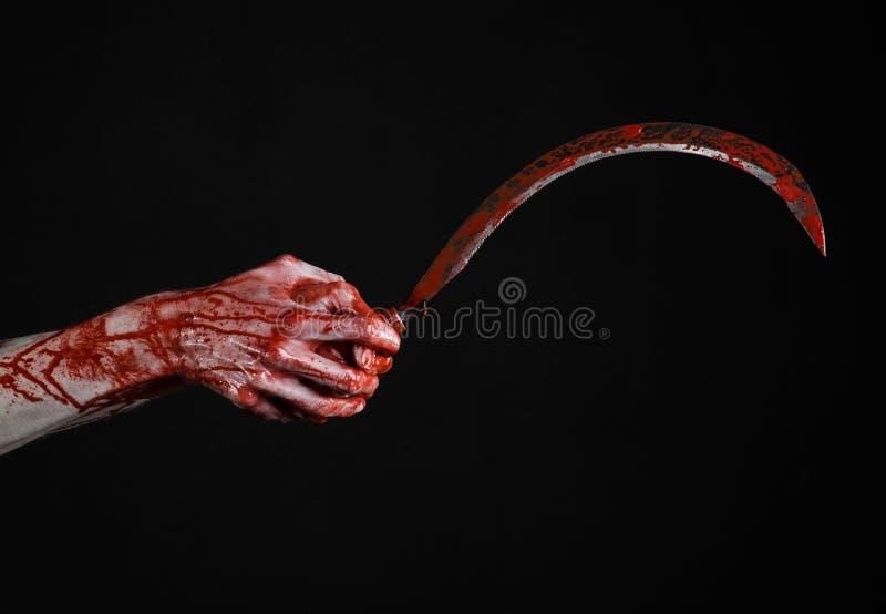 Krwista ręka trzyma sierpa, sierp krwisty, krwista kosa, krwisty temat, Halloween temat, czarny tło, odizolowywający obrazy stock
