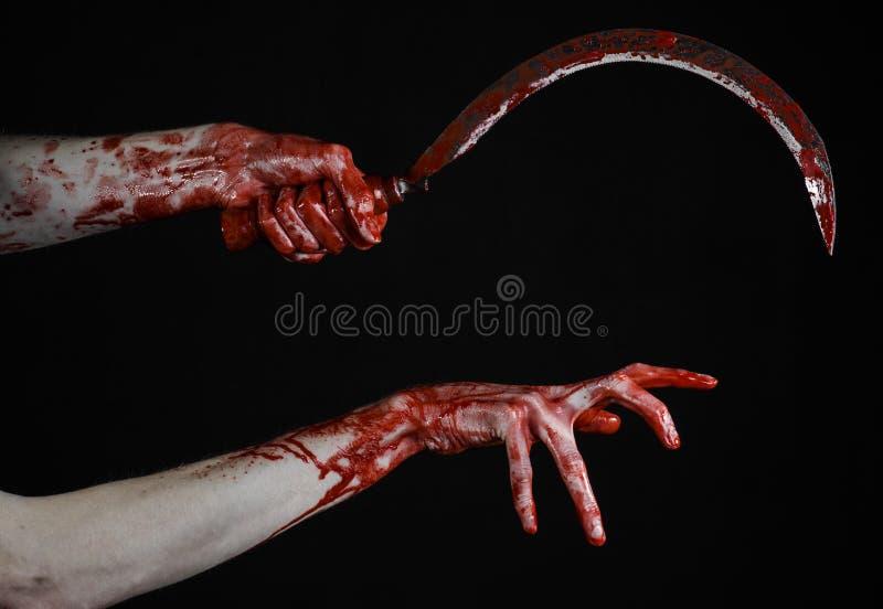 Krwista ręka trzyma sierpa, sierp krwisty, krwista kosa, krwisty temat, Halloween temat, czarny tło, odizolowywający zdjęcia royalty free