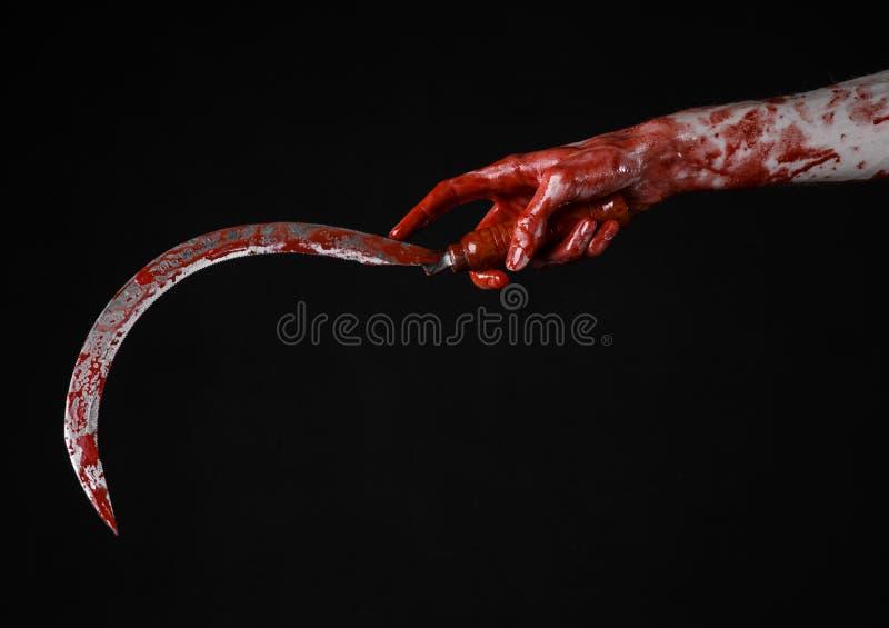 Krwista ręka trzyma sierpa, sierp krwisty, krwista kosa, krwisty temat, Halloween temat, czarny tło, odizolowywający obraz stock