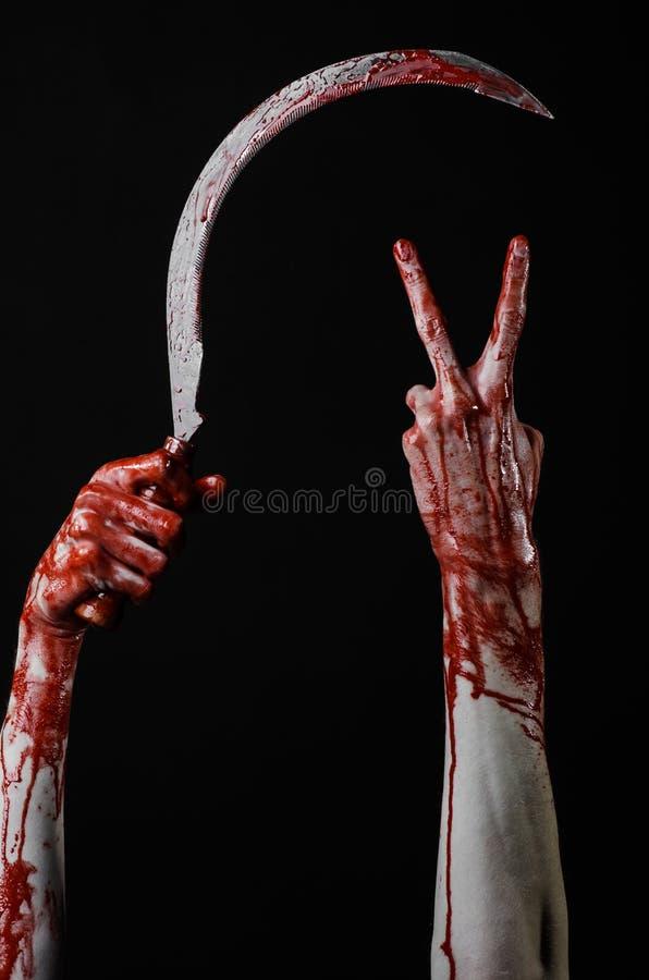 Krwista ręka trzyma sierpa, sierp krwisty, krwista kosa, krwisty temat, Halloween temat, czarny tło, odizolowywający zdjęcie royalty free