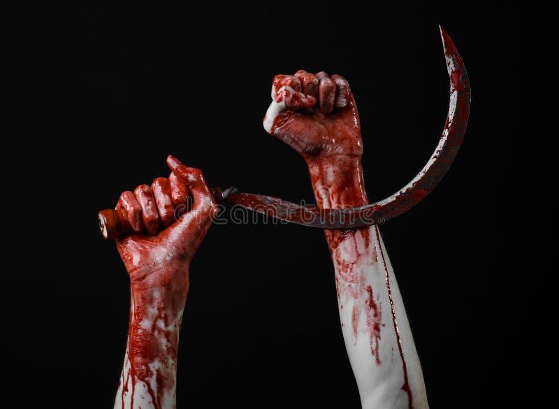 Krwista ręka trzyma sierpa, sierp krwisty, krwista kosa, krwisty temat, Halloween temat, czarny tło, odizolowywający obraz royalty free