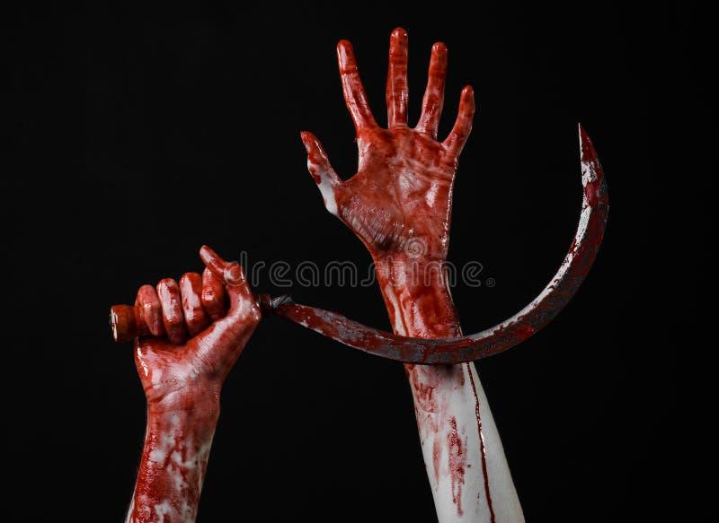 Krwista ręka trzyma sierpa, sierp krwisty, krwista kosa, krwisty temat, Halloween temat, czarny tło, odizolowywający zdjęcie stock