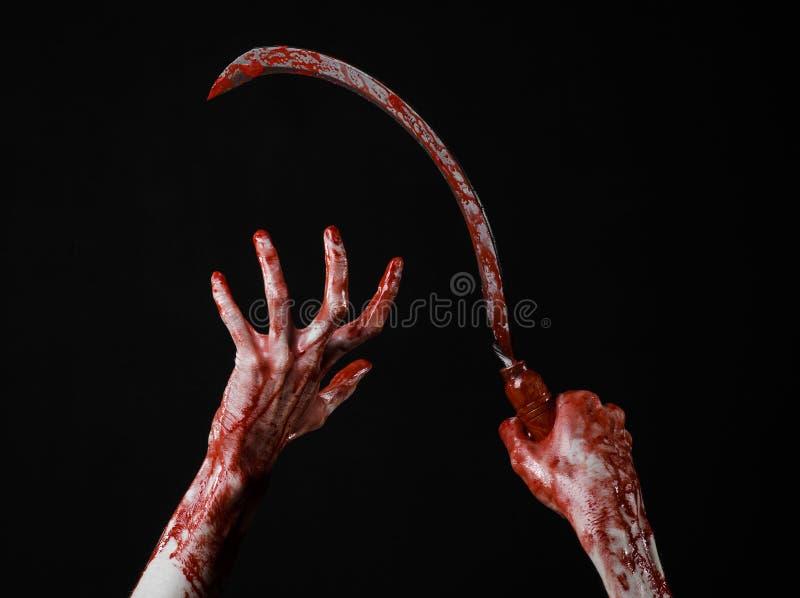 Krwista ręka trzyma sierpa, sierp krwisty, krwista kosa, krwisty temat, Halloween temat, czarny tło, odizolowywający zdjęcia stock