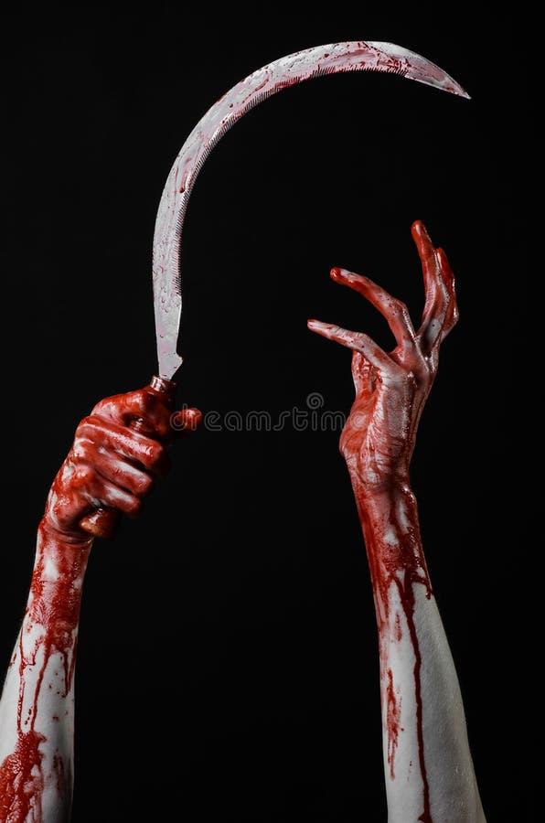 Krwista ręka trzyma sierpa, sierp krwisty, krwista kosa, krwisty temat, Halloween temat, czarny tło, odizolowywający fotografia stock