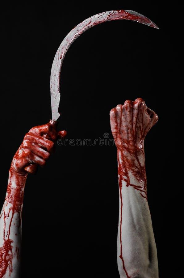 Krwista ręka trzyma sierpa, sierp krwisty, krwista kosa, krwisty temat, Halloween temat, czarny tło, odizolowywający obrazy royalty free