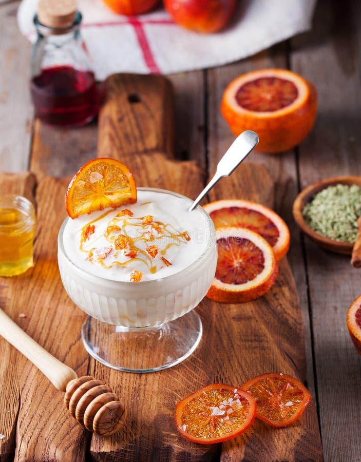 Krwiste pomarańcze deser, lody w szklanym pucharze zdjęcia royalty free