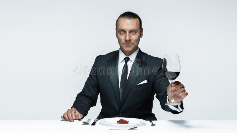 Krwisty Halloweenowy temat: szalony mężczyzna z nożem, rozwidleniem i mięsem, fotografia stock