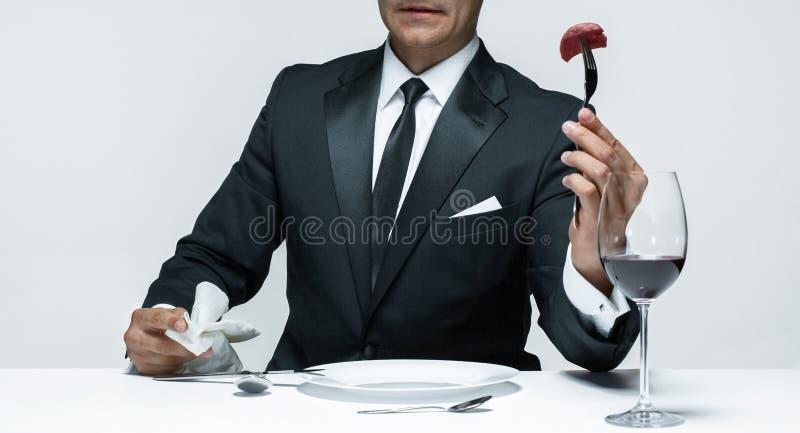 Krwisty Halloweenowy temat: szalony mężczyzna z nożem, rozwidleniem i mięsem, zdjęcia stock