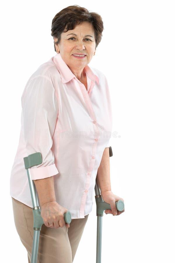 kryckapensionärkvinna royaltyfria bilder