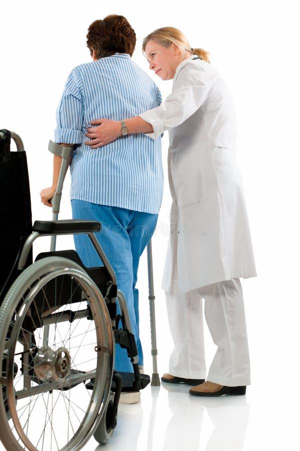 kryckapensionärkvinna arkivfoton