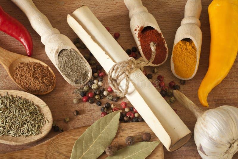 Kryddaörtar och grönsaker på skrivbordet arkivfoton