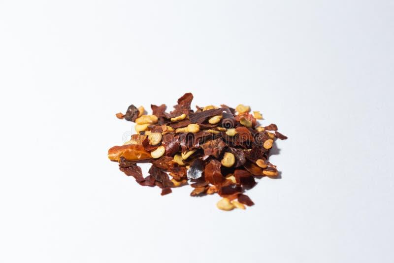 Krydda- och pepparlögner för en handfull på en vit bakgrund royaltyfria foton
