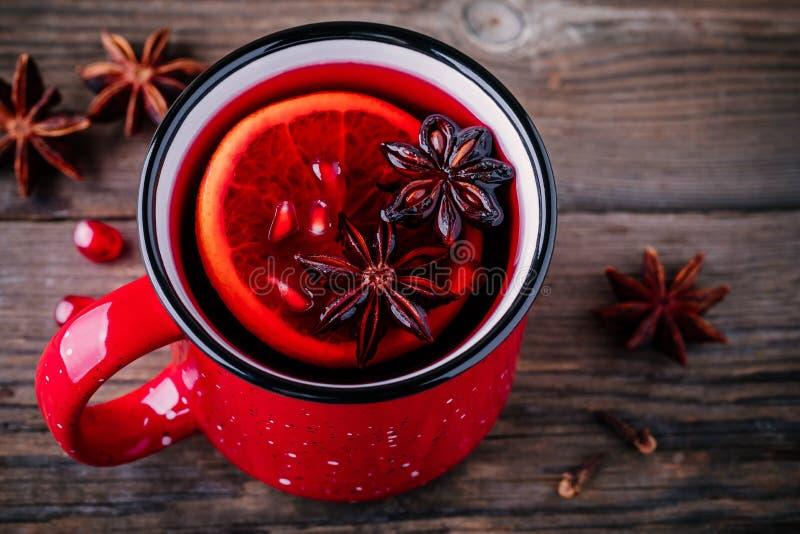 Kryddad granatäppleäppelcider funderade vinsangria i rött rånar på träbakgrund arkivbild