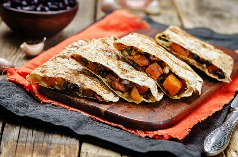 Kryddad sötpotatisquesadilla för svarta bönor fotografering för bildbyråer