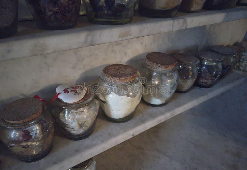 Kryddan skorrar i köket arkivbild